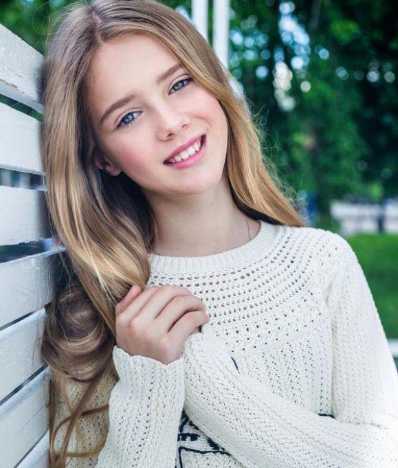 Kleines junges süßes blondes Teen