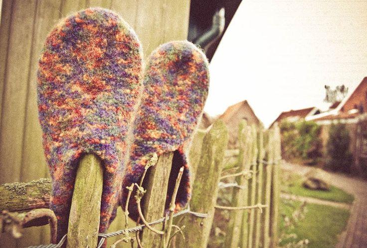 Filzpantoffeln stricken ist einfach. Wer sie einmal getragen hat, möchte sie nicht mehr missen. Denn Filzpantoffeln halten nicht nur die Füße warm, sondern verleihen auch ein Gefühl des Barfußlaufe…