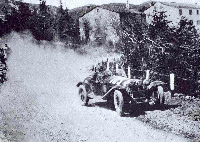 Nuvolari e Guidotti mentre scendono dalla Futa con la loro Alfa Romeo 8C 2300 Spider Touring. Usciranno di strada a Firenze dopo essere stati a lungo in testa alla corsa.