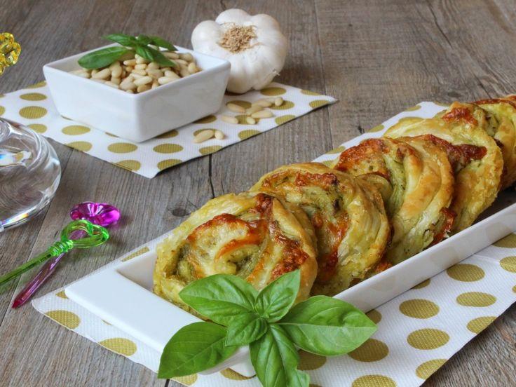 Le girelle di sfoglia con pesto e provola sono uno sfizioso antipasto fingerfood da servire per una cena o un aperitivo. Ricetta facile per girelle salate