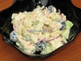 Salata din piept de pui, mazare, cartofi si oua