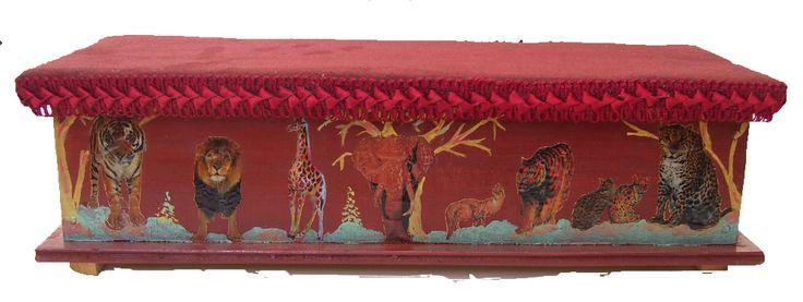 CLAF - Lindo cofre Diseño Animales (COD 513 - Cofre) En madera MDF Adhesivos, pintado y barnizado. Tapa acolchada y barnizada. Medidas: - Frente: 38 cm - Ancho: 14 cm - Alto: 11 cm Precio: $ 5.000 www.claf.cl