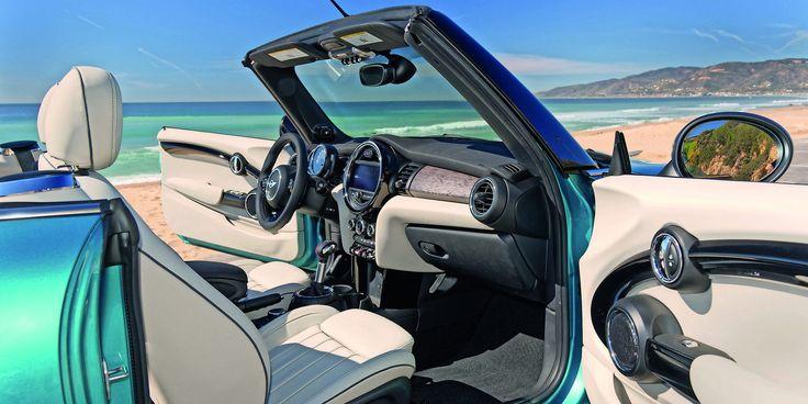 Ce cabriolet reprend la planche de bord des Mini3 et 5-portes, bien plus flatteuse et mieux finie que la précédente.
