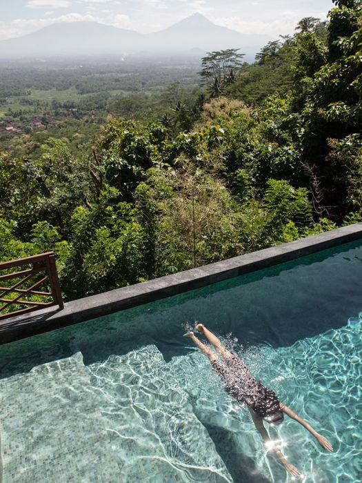 Berenang sambil menghadap lanskap pegunungan di Villa Borobudur. (Foto: Muhammad Fadli)