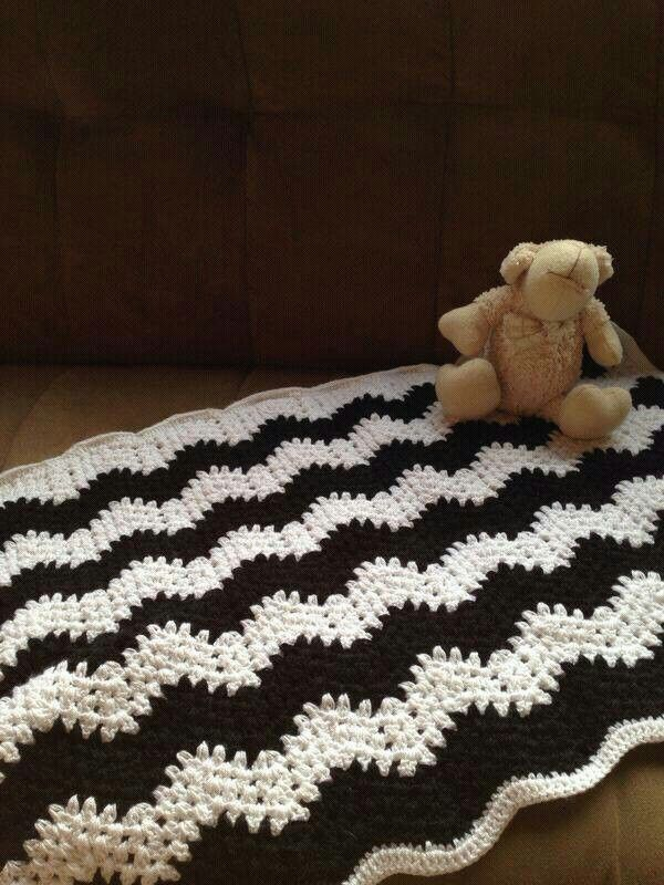 Crochet blanket. Black and white. Manta en crochet, blanco y negro.