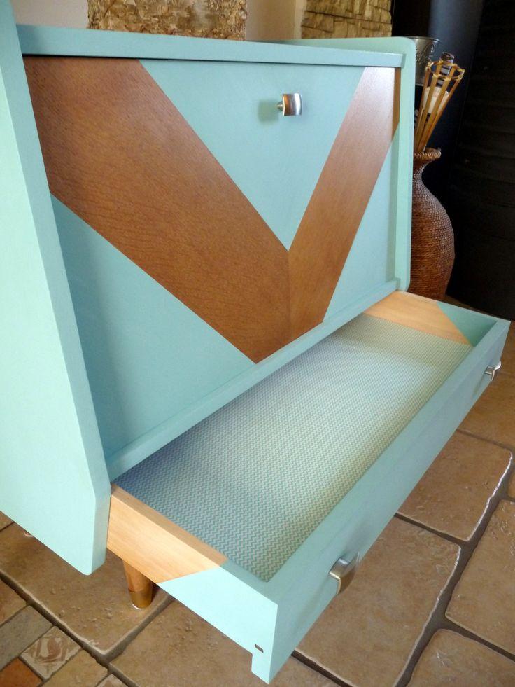 Petit buffet scandinave en chêne années 50/60 restauré et relooké couleur bleu pastel avec chevron en façade et tissu à chevrons mint dans le tiroir et le fond.