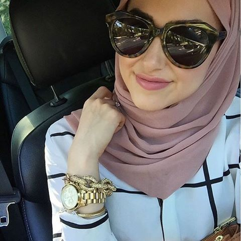 Another gorgeous shot of @withloveleena in our Light Rose Premium Chiffon Hijab…