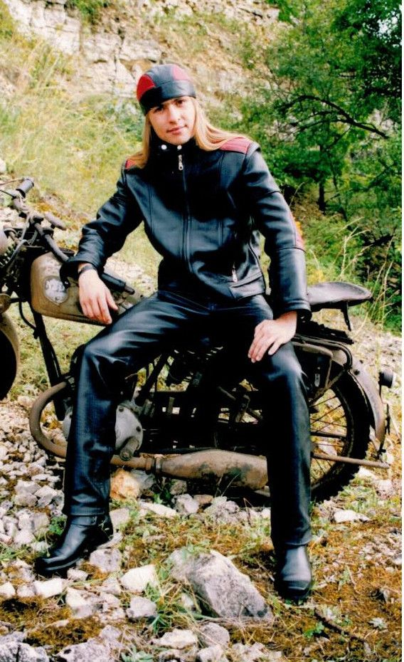 DSA Motorcycle Clothing Company is the leader in quality leather products for men, women and children.  Custom motorcycle jackets, vest, trousers, corset, skirt, dress and accessories.  www.ramoneska.pl