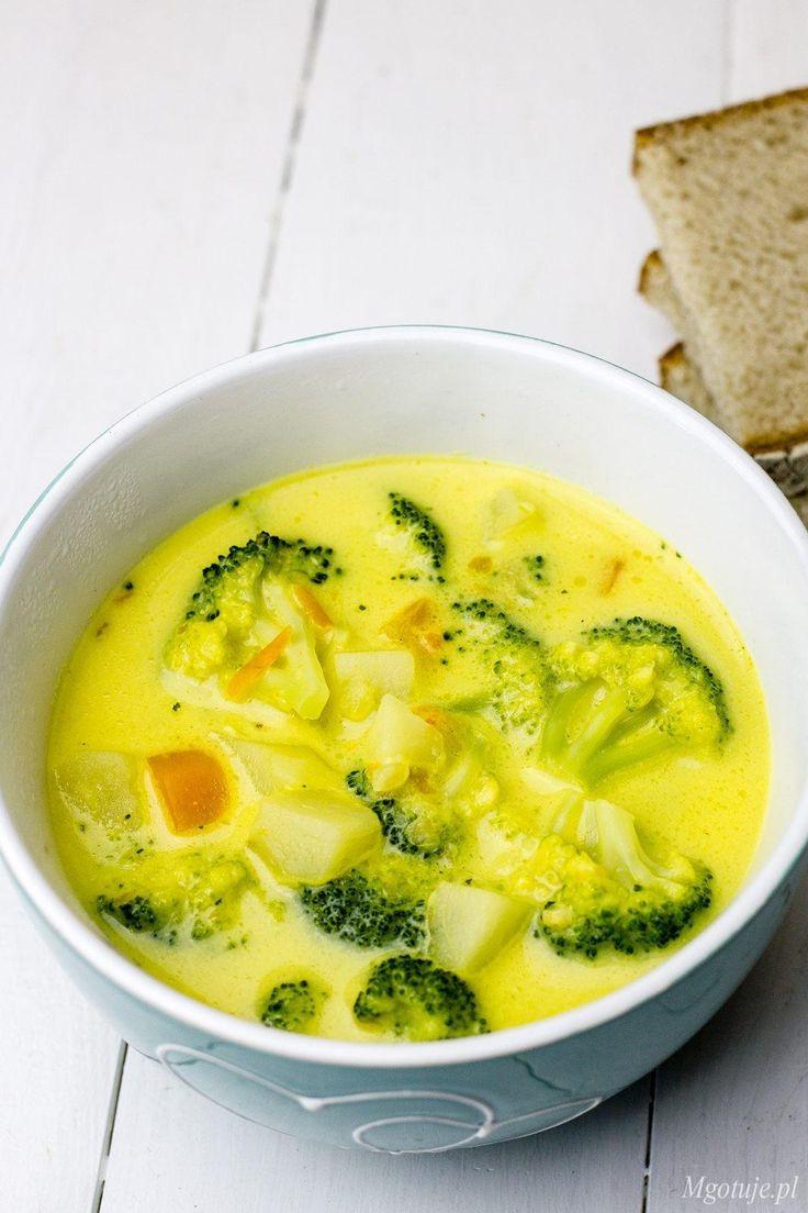 Pyszna zupa brokułowa z serkiem topionym. Z dodatkiem ziemniaków, marchewki i selera. Zdrowa, kolorowa i aromatyczna. Doskonała na lekki i rozgrzewający obiad. Polecam!