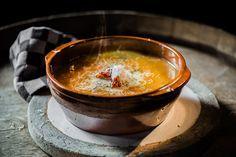 Een koninklijke soep voor iedereen, met een Argentijns spicy tintje van onze Maxima!  4-6 personen  scheut olijfolie 1 flespompoen, geschild en in grove stukken gesneden* 2 flinke uien, fijngesnipperd 3 teentjes knoflook, uitgeperst 1 Spaanse peper, fijngehakt (evt. de zaadjes verwijderd) 1 blik tomatenstukjes of gepelde tomaten 1ltr groente- of kippenbouillon 1 pot a 400 g kikkererwten, afgespoeld en uitgelekt 100 gram chorizo, in blokjes