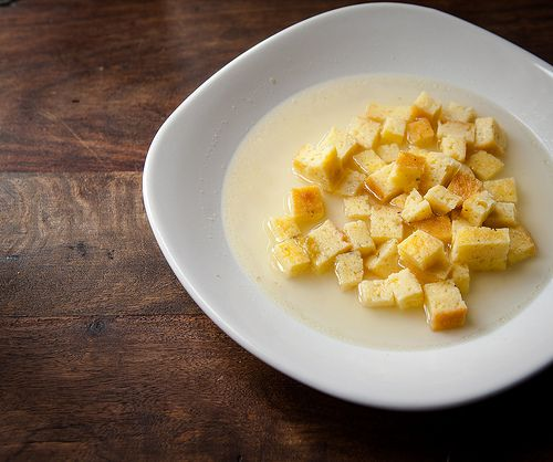 La zuppa imperiale, una ricetta emiliana perfetta per il periodo invernale: brodo caldo, parmigiano e pane grattugiati. Capace di riscaldare anche l'anima.