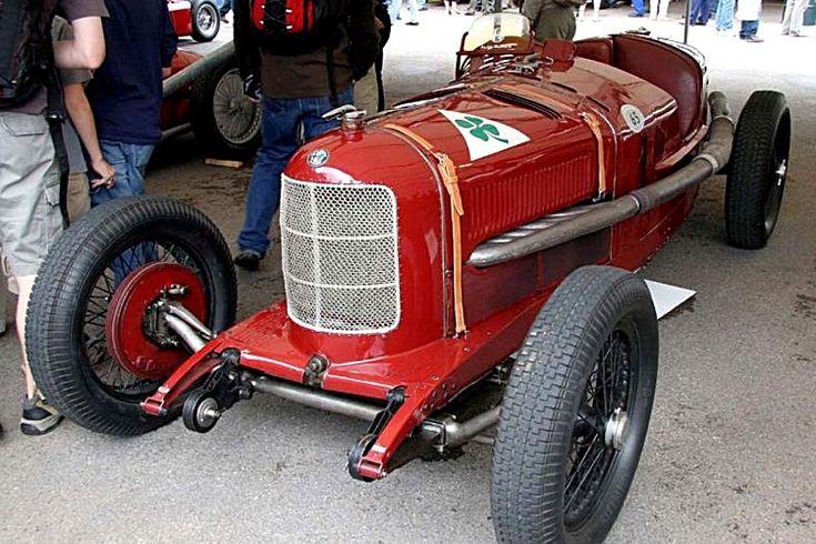 Alfa Romeo P2 véhicule de 1924  La Alfa Romeo P2 fut produite de 1924 à 1931 avec 1 motorisation d'une cylindrée de 1.9L présentant une puissance de 146ch, dessinée par Vittorio Jano.