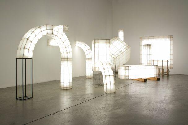 Kunstvolle Objekte mit Funktion: Die abstrakten Konstruktionen aus leichtem Sperrholz enthalten LED-Leuchten und sind mit Stoff bedeckt. (Foto: Mieke Meijer)