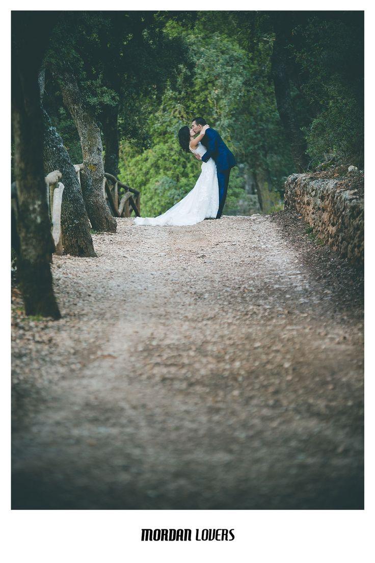 Postboda. Sesión de fotos de pareja en el bosque. Fotografía de boda en Alicante. Fotógrafos de boda originales. Reportajes de fotos personalizados. #bodas2017 #fotografosdeboda #weddingphotos #weddingdress #weddingphotographer #fotosdeboda #bodasoriginales