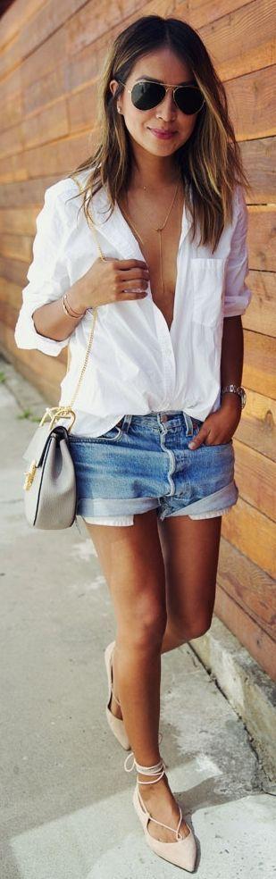 Avec un mini short en jeans.