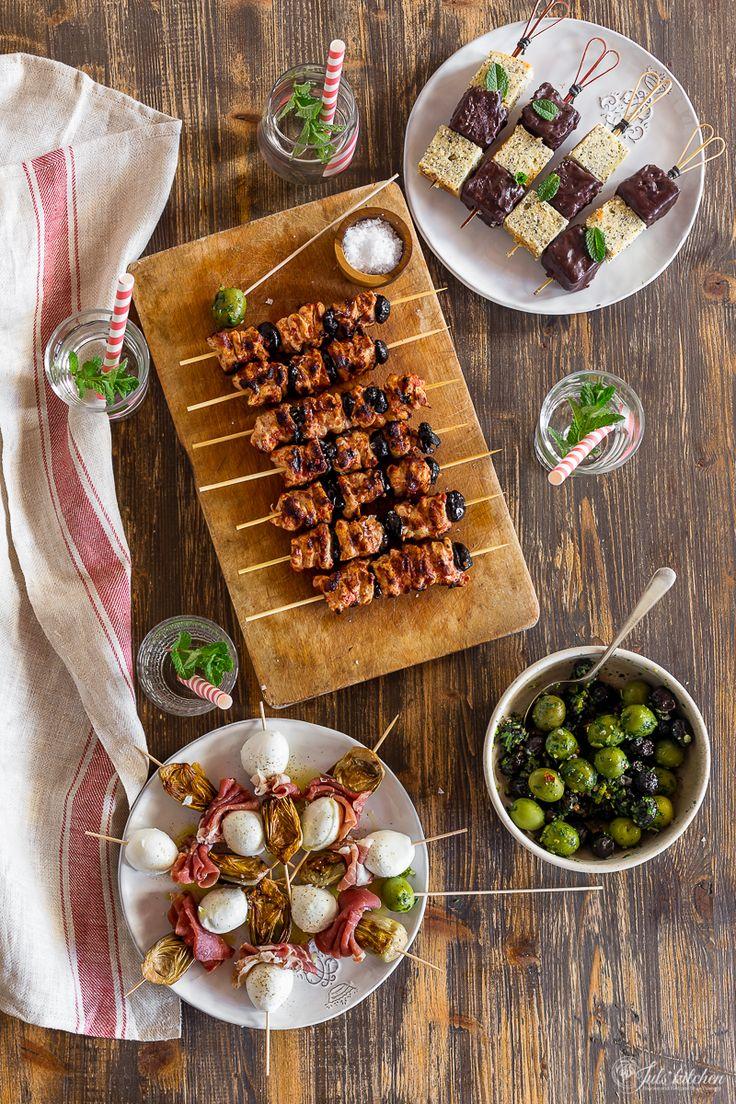 Olive verdi e nere marinate, mozzarella di bufala, prosciutto e carciofini, spiedini di pollo alla cacciatora e un quattro quarti al limone per cena...