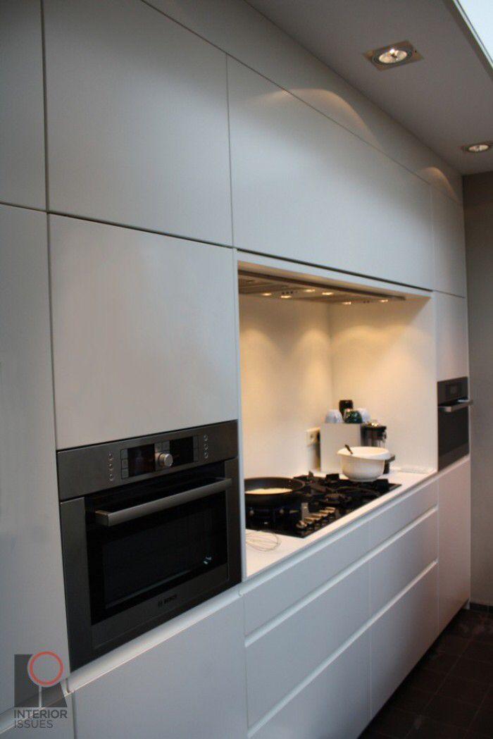 Koken in keukenwand
