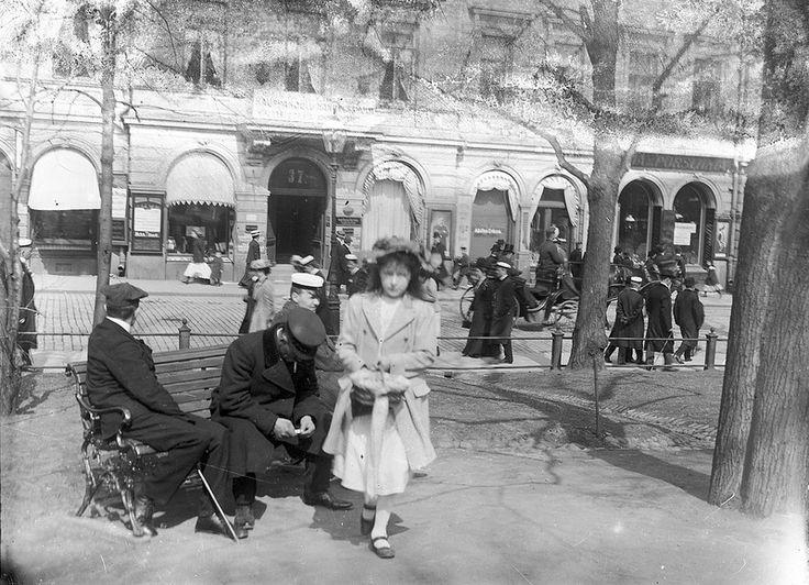 Girl selling lottery tickets, Esplanadi Park, Helsinki | by Svenska litteratursällskapet i Finland. Foto Gustaf Sandberg c. 1900.