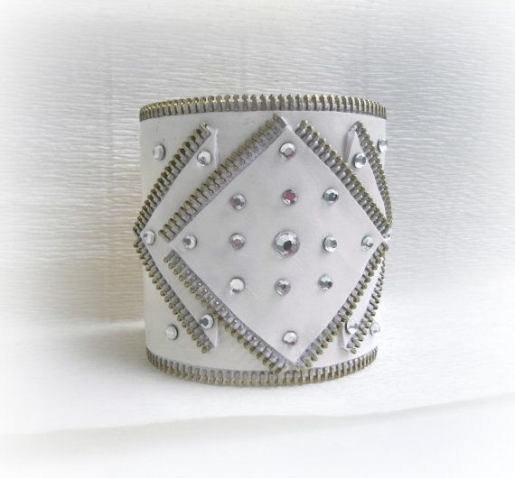 He encontrado este interesante anuncio de Etsy en https://www.etsy.com/es/listing/120255962/zipper-cuff-bracelet-white-zipper-and