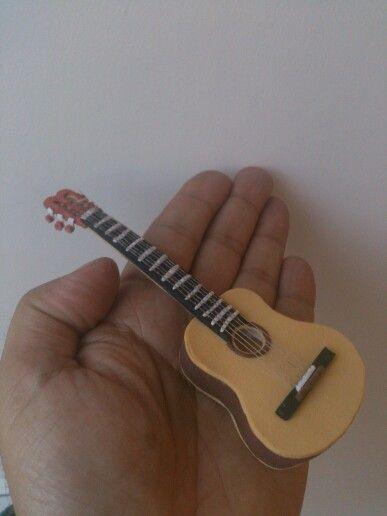 Guitarra goma eva (fommy) para la creacion de una nueva mini fofucha personalizada.