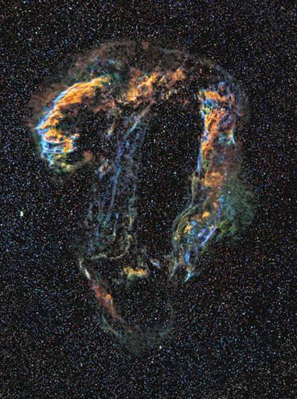 A Nebulosa do Véu é uma enorme remanescente de supernova observada pela primeira vez em 1784. A luz da explosão da supernova original provavelmente atingiu a Terra mais de 5.000 anos atrás. Possui mais de 90 anos-luz de diâmetro.