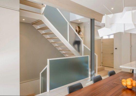 Diseño de escaleras modernas peldaños madera y vidrio pavonado