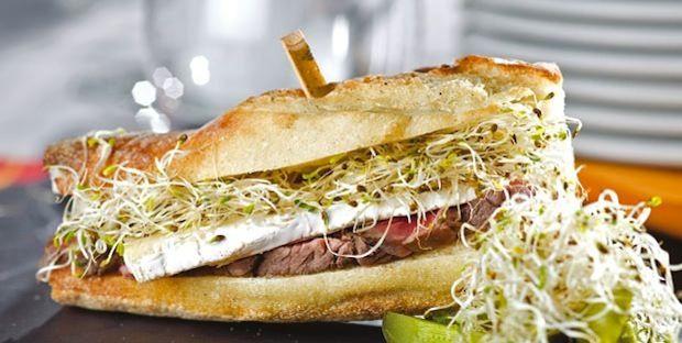 Sandwichs au boeuf, au brie et à la luzerne