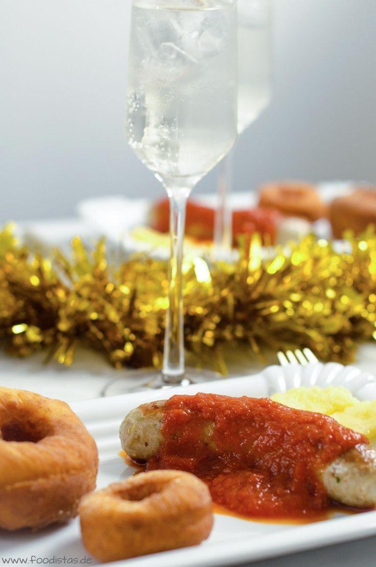 Geflügel-Bratwurst mit Ananascurrysoße dazu knusprige Kartoffeldonuts von den [Foodistas] - http://foodistas.de/