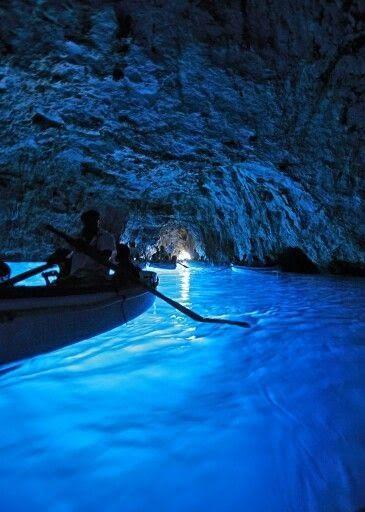 Summer Edition: 5 Must-Dos in Italy --> #2  Visit the island of Capri and boat into the Grotta Azzurra.------イタリア カプリ島にある青の洞窟。テレビで観て以来、お気に入り。洞窟は苦手だけど、ここなら入りたい!