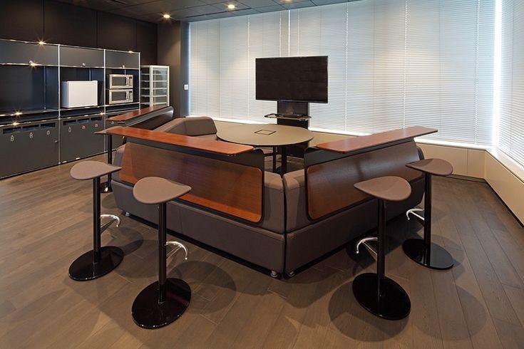 株式会社丹青社様の納入事例/【コリドーエリア】コリドーの四隅に設置した、ドライパントリーを備えたコミュニケーションスペース。