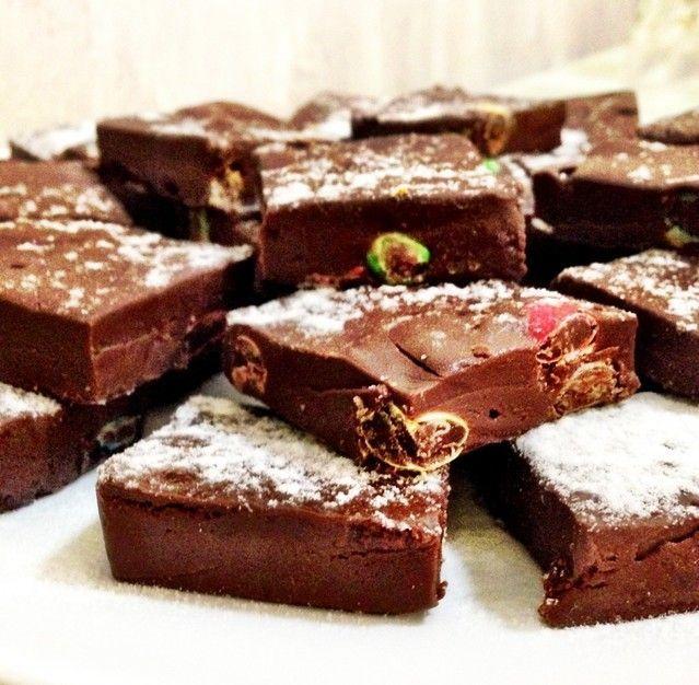 Fudge de chocolate - receita bem fácil, prática e rápida. Os quadradinhos achocolatados desmancham na boca!