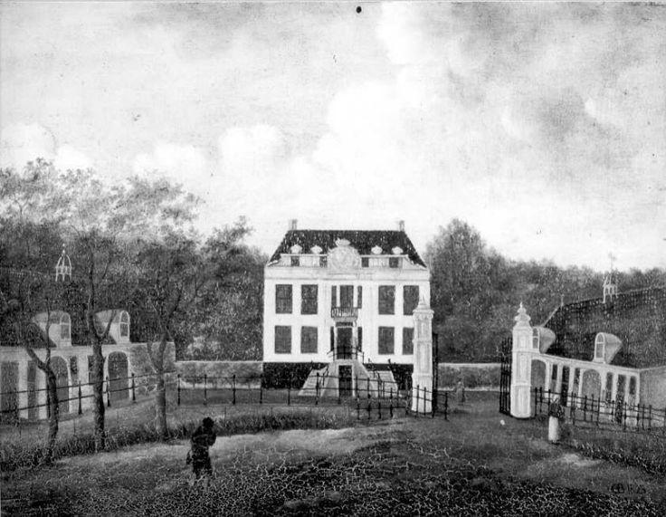 Schilderij van havezate De Kranenburg, aan de voorzijde met twee bouwhuizen en hek. Het is in gesloopt 1844. Olieverf op doek 55 x 42 cm, collectie Vos de Wael. Het omgrachte huis bestond uit 15 kamers en een grote gewelfde kelder. Buiten de omgrachting stonden nog twee bouwhuizen. Afbeelding: Beeldbank HCO.