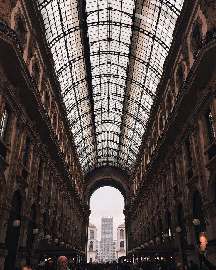 Galleria Vittorio Emanuele  Milano  Il pienone di gente.  #latergram  ________________________ #whatitalyis #milano #mymilano #milanocity #milanodavedere #milanocityufficiale #ilikeitaly #travel #passionpassport #tv_living #livefolk #architecture #ig_italy #ig_milano #exklusive_shot #liveauthentic #artofvisuals #socality #communityfirst #igersmilano #igersitalia #milano #loves_milano #latergram #volgomilano by martinabertacchi