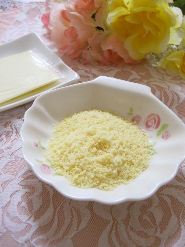 知っておくと便利な裏技!スライスチーズを粉チーズに変身させるレシピ - macaroni