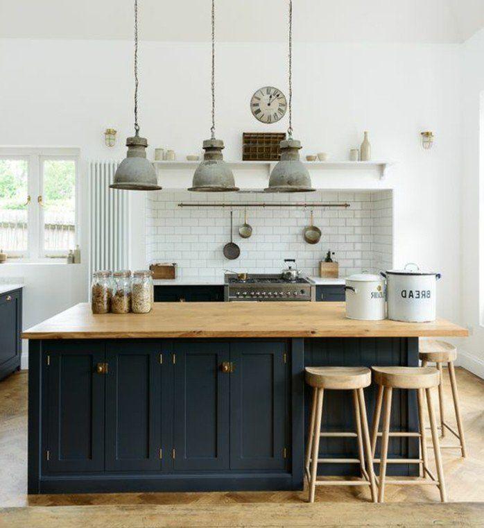excellente suggestion cuisine industrielle, crédence en carrelage blanc, ilot de cuisine et facade cuisine noirs, suspensions industrielles vintage, tabourets en bois