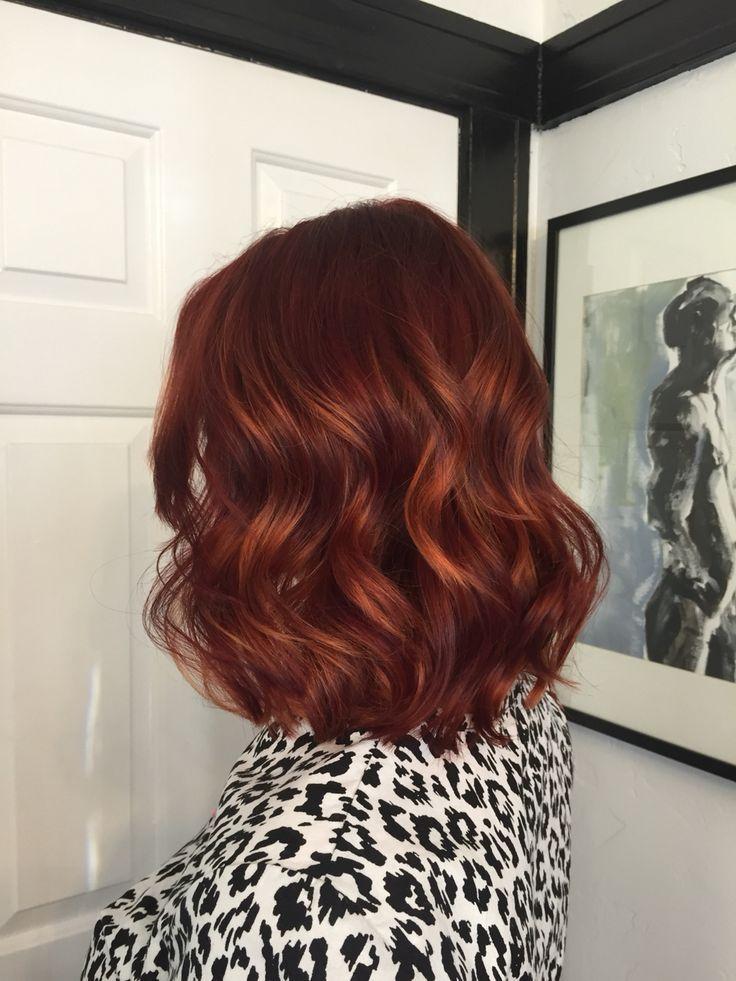 Style de cheveux à la mode: riche, rouge profond avec balayage de cuivre. Gigi au salon de la Mecque à Sacramento, en Californie ....
