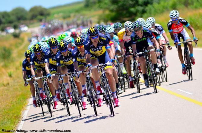 Este es el equipo de bicicleta competiendo en el tour de Saxo-Tinkoff en San Luis, Argentina. Los personas les gustan ver el ciclismo.