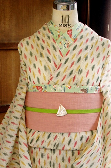 クリームベージュの地に、おはじきみたいな緑、黄色、赤のドット模様が織り出された、ポップキュートなサマーウールの単着物です。
