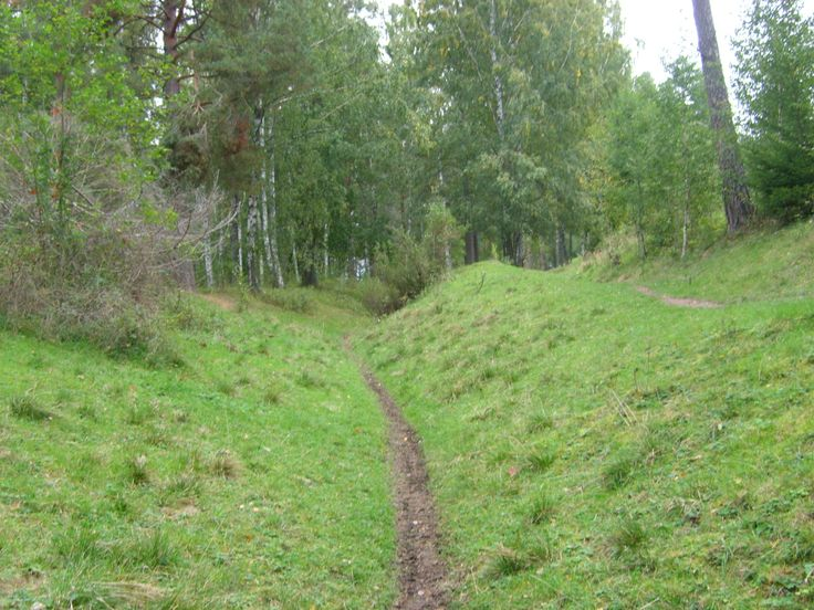 Lövstalöt – hålvägar. Ca 400 m SO avtagsvägen till Bälinge, vid fd E4. Under förhistorisk tid färdades man till häst eller till fots. Vägarna gick över torra marker, ofta på åsar. Så småningom nötte hästens hovar det lösa gruset och vid regn eroderade vägarna och hålvägarna bildades. Vägen på Uppsalaåsen var huvudväg till Norrland fram till mitten på 1600-talet då nuvarande landsväg byggdes. Vägsträckningen gick precis här där Björklingeån är grund och de resande kunde vada över ån.