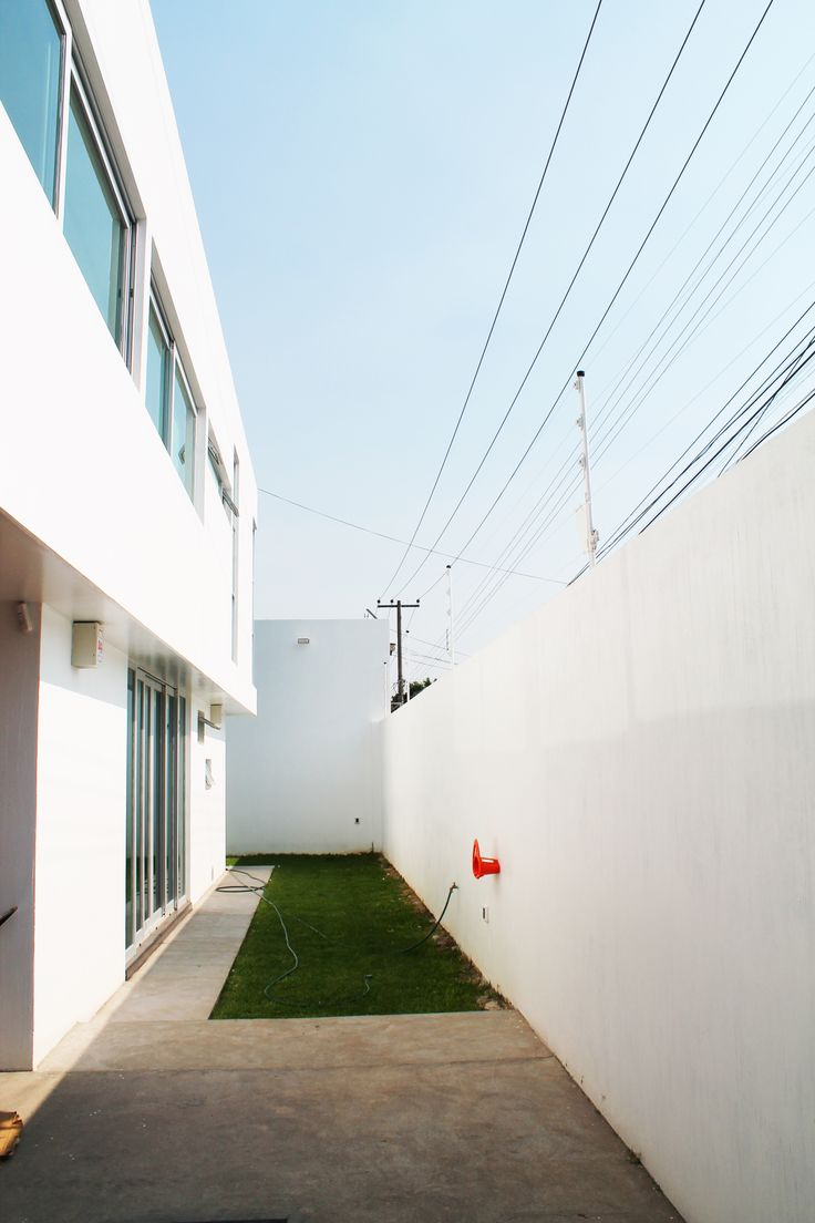 Casa Cubo     La casa cubo fue conceptualizada en tres niveles identicos en lo vertical; en cuanto a lo horizontal los volumenes de cada nivel se encuentran traslapados en izquierda, centro y derecha; sotano, planta baja y planta alta respectivamente.