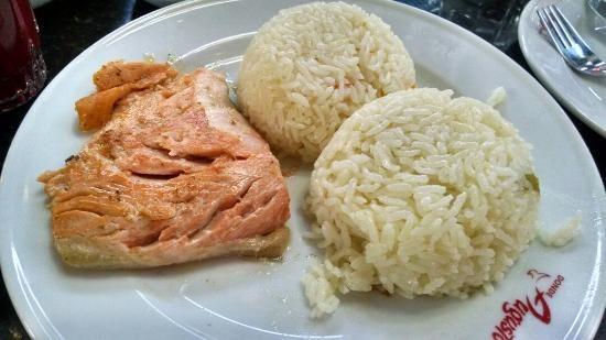 Ingredientes:     1 cucharada de jugo de limón   , 1 filete fresco de salmón crudo,   una pizca de pimienta,   1/3 taza de ...