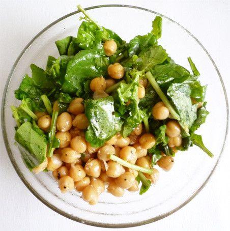 ルッコラとひよこ豆の地中海風サラダ    ルッコラとひよこ豆のサラダを、たっぷりのオリーブオイルとレモン果汁で仕上げました。