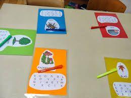 woorden rond het thema afval: de kleuters zoeken de letters tussen de verschillende letters