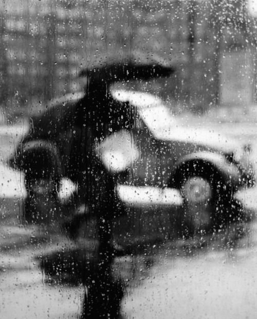 Sabine Weiss, Jour de pluie à travers une fenêtre, Paris, 1957