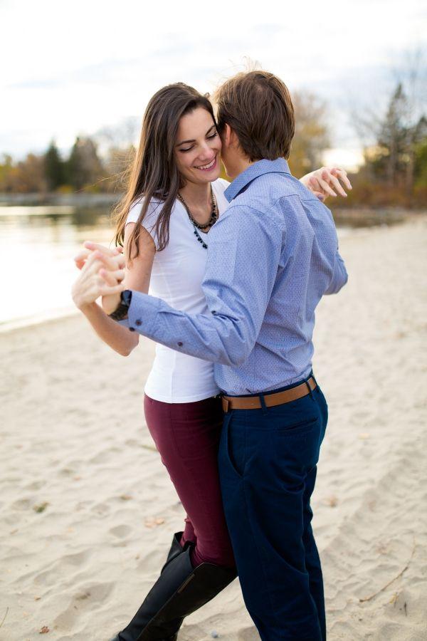 Deux amoureux à Toronto, Séance de fiançailles | Un couple à la plage de Toronto