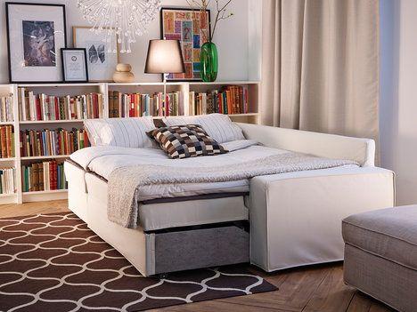 Rozkládací sedačka nabízí další možnost, jak účinně využít prostor. Pokud plánujete, že na ní budete spát denně, vybírejte pečlivě, aby disponovala kvalitní matrací a roštem. Pro příležitostné přespání návštěvy nějaký ten kompromis nevadí. Rozkládací pohovka s lenoškou Vittaryd stojí 14 990 Kč; IKEA