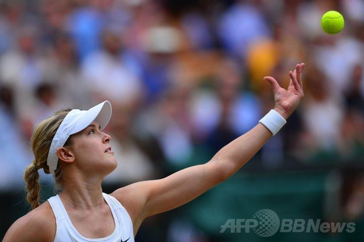 テニス、ウィンブルドン選手権(The Championships Wimbledon 2014)、女子シングルス決勝。サーブトスを上げるユージェニー・ブシャール(Eugenie Bouchard、2014年7月5日撮影)。(c)AFP/GLYN KIRK ▼6Jul2014AFP|クヴィトバが3年ぶりのウィンブルドン制覇、ブシャール寄せつけず http://www.afpbb.com/articles/-/3019762 #The_Championships_Wimbledon_2014 #Eugenie_Bouchard