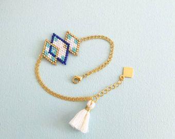 Original et entièrement tissé à laiguille, en perles de verre japonaises = délicas Miyuki. Ce bracelet fin et délicats habillera votre poignet en toute élégance, léger et raffiné vous le porterez comme une seconde peau. Dessin original ©modèle protégé  ➜OPTIONS  ⤇ couleurs ❶* turquoise, rouge marine et or ❷* Indigo, pêche mint et or ❸* turquoise, bleu métallique, mint et or ❹*jaune, bleu, mint et or  ⤇ taille ❶ 15 cm = petit ❷ 16 cm = moyen ❸ 17 cm =grand  ✄ Personnalisable (taille…