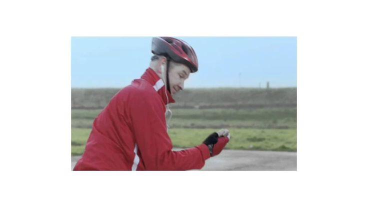 SP - viral 'Jan & Agnes' Buro Thonik bedacht deze interactieve online video voor de Socialistische Partij. Wij produceerden de opnames op locatie die geregisseerd werden door Bram van Alphen. De kijker kon deze film doorsturen en in het schermpje van Jan's telefoon verschijnt jouw naam. Ten slotte schrijft Jan met verf en het achterwiel van zijn fiets jouw naam op het asfalt. Dit is één film in een reeks van succesvolle virale boodschappen, waarmee de SP met beperkt media budget veel…