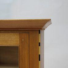 Vitrina realizada en madera de cerezo con incrustaciones de ébano, acebo, arce y corazón rojo. Cornisa de cerezo realizada con cepillos de moldurar. Tirador torneado con maderas de ébano e incrusta...